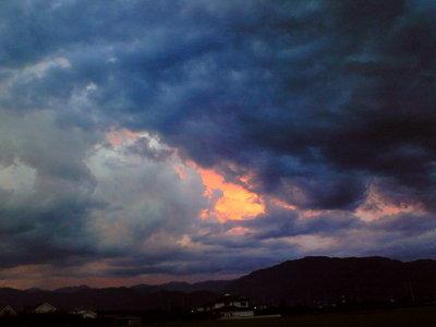 雲を突き抜ければ、一面の茜空なんでしょうね、見てみたいです。