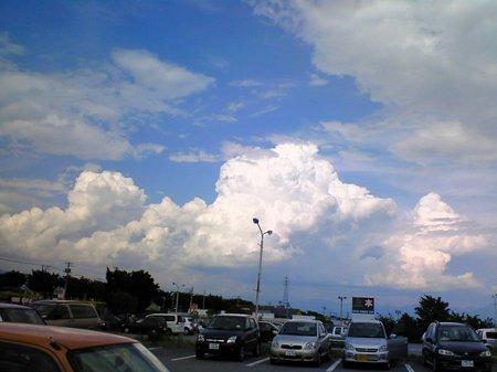 駐車場で振り向いたら、おー!でっかい入道雲だ〜と、大喜びで空を撮っていたら母にアホ呼ばわりされました^^;
