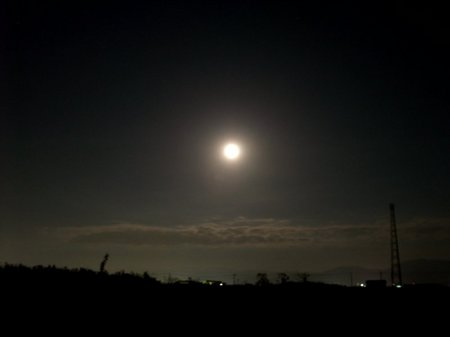 満月が空を照らして、明るい空。